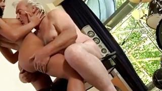 mala žena uzima veliki kurac