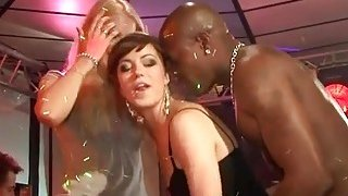 Wild cheeks engulfing shlong in club